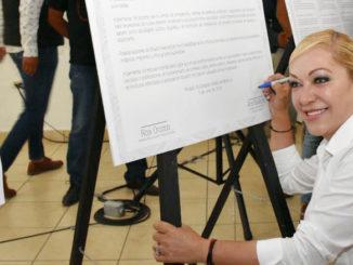 Ana Balderas firma este compromiso